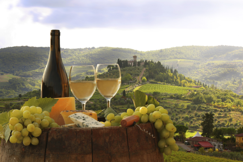 Italy-Chianti_landscape_with_bottle_of_wine-thinkstockphotos.com-iStock-____extravagantni.jpg